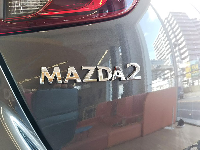 マツダ2〔MAZDA 2〕リアのMAZDA2エンブレム写真詳細画像